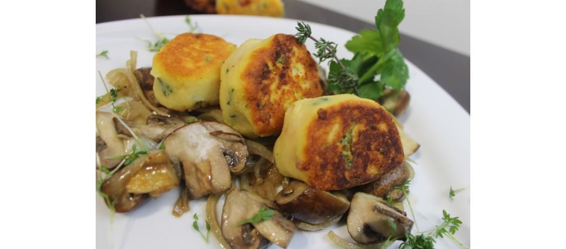 Kartoffelplätzchen auf Pilzen