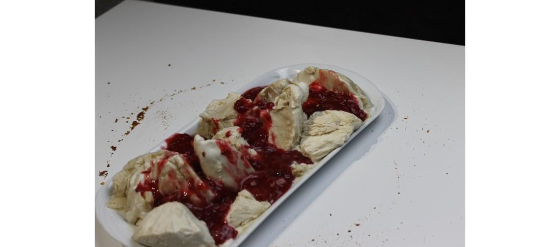 Zitronengrasparfait mit roter Soße