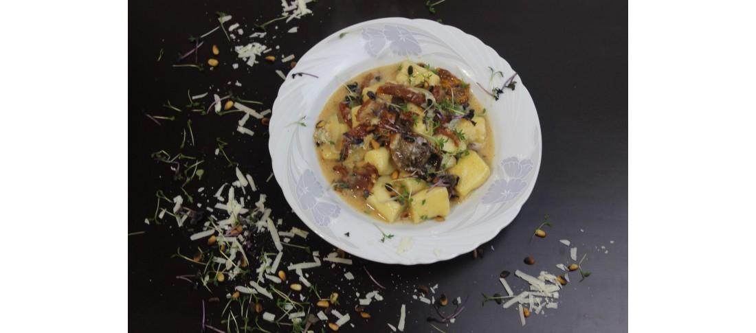 Gorgonzolagnocchi mit Pinienkernen und Sonnentomaten
